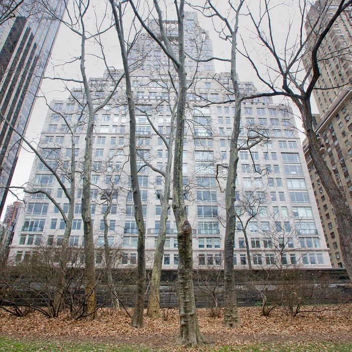 UNITED STATES - JANUARY 06: 15 Central Park West, a luxury condominium building, stands in New York, U.S., on Tuesday, Jan. 6, 2009. Manhattan apartment sales fell for the fourth straight quarter and prices for the most expensive apartments dropped for the first time since the recession began as the national housing slump hit the metropolitan area. (Photo by Jb Reed/Bloomberg via Getty Images)