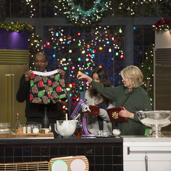 Snoop Dogg Christmas.Martha Snoop S Potluck Dinner Party Recap A Very Eggnog