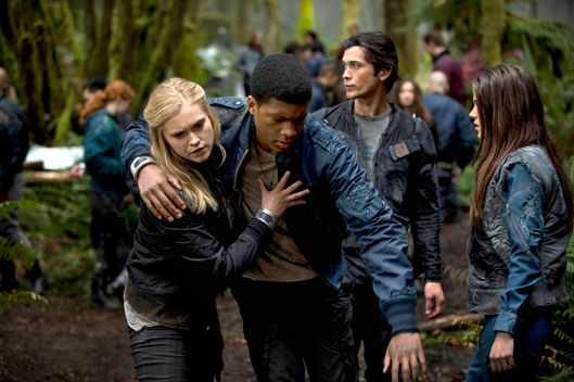 "The 100 --  ""Pilot"" -- Image: HU101a_15965 -- Pictured (L-R): Eliza Taylor as Clarke, Eli Goree as Wells, Bob Morley as Bellamy, and Marie Avgeropoulos as Octavia -- Photo: Cate Cameron/The CW -- © 2013 The CW Network. All Rights Reserved."