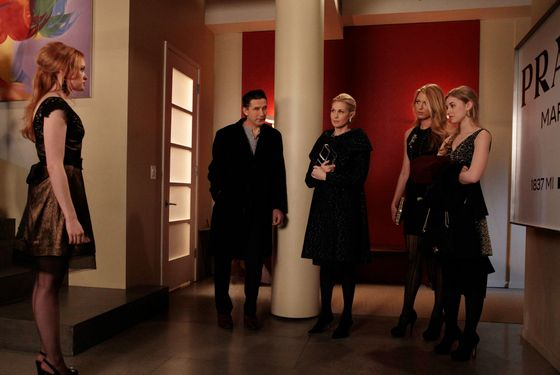 """Con Heir"" GOSSIP GIRL Pictured (L-R): Kaylee DeFer as Charlotte 'Charlie' Rhodes, Billy Baldwin as Dr. William Van Der Woodsen, Kelly Rutherford as Lily Van Der Woodsen, Blake Lively as Serena Van Der Woodsen, Ella Rae Peck as Lola PHOTO CREDIT:  GIOVANNI RUFINO/THE CW © 2011 THE CW Network, LLC.  All Rights Reserved."