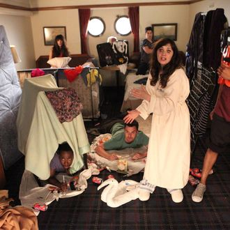 """NEW GIRL: The gang (L-R: Lamorne Morris, Hannah Simone, Jake Johnson, Max Greenfield, Zooey Deschanel and guest star Damon Wayans, Jr.) recovers after a rough night in the """"Cruise"""" Season Finale episode of NEW GIRL airing Tuesday, May 6 (9:00-9:30 PM ET/PT) on FOX."""