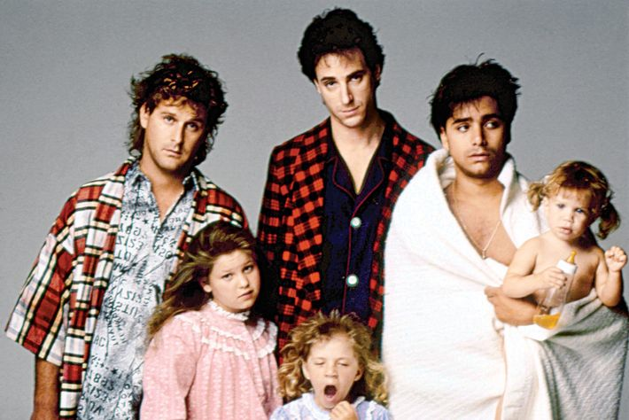 FULL HOUSE, (from left): Dave Coulier, Candace Cameron, Bob Saget, Jodie Sweetin, John Stamos, Ashle