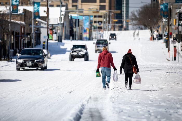 Жители Остина приносят домой продукты с ближайшей заправки, 15 февраля 2021 года. . Фото: Getty Images