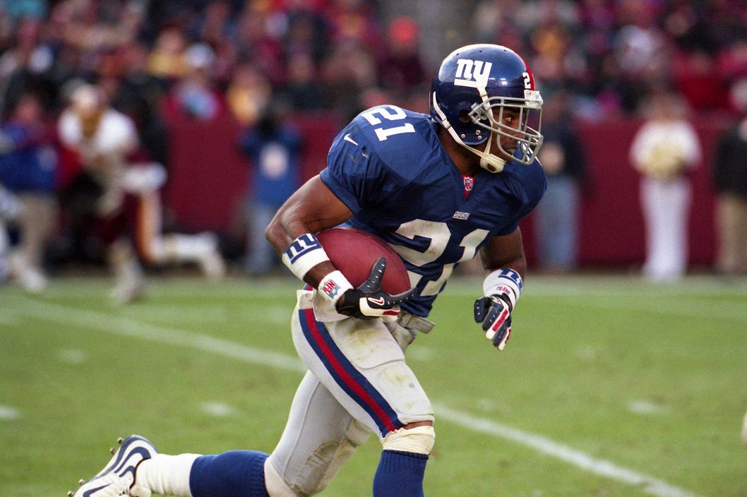 "Giants running back Tiki Barber in 2000, after the team revived its ""NY"" logo."