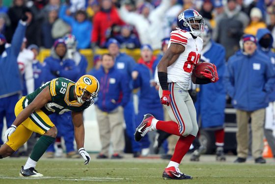 GREEN BAY, WI - JANUARY 15:  Hakeem Nicks #88 of the New York Giants runs with the ball after a catch on his way to scoring a 66 yard touchdown in the first quarter against Brad Jones #59 of the Green Bay Packers during their NFC Divisional playoff game at Lambeau Field on January 15, 2012 in Green Bay, Wisconsin.  (Photo by Jamie Squire/Getty Images)