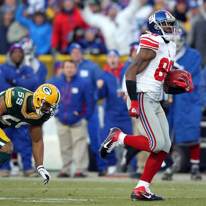 Hakeem Nicks #88 of the New York Giants runs with the ball after a catch on his way to scoring a 66 yard touchdown in the first quarter against Brad Jones #59 of the Green Bay Packers during their NFC Divisional playoff game at Lambeau Field on January 15, 2012 in Green Bay, Wisconsin.