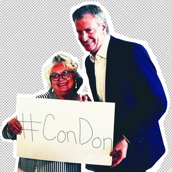 De Blasio in Sioux City, Iowa holding a sign that reads #ConDon.