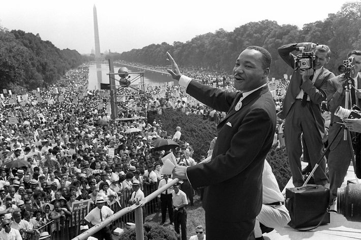 US civil rights leader Martin Luther King (C) waves to supporters from the steps of the Lincoln Memorial 28 August 1963 on the Mall in Washington DC (Washington Monument in background) during the