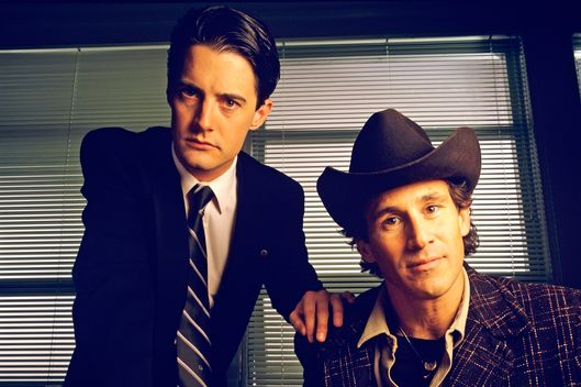 TWIN PEAKS - Gallery - Season One - 11/10/1989Homecoming queen Laura Palmer is found dead, washed up on a riverbank wrapped in plastic sheeting. FBI Special Agent Dale Cooper (Kyle MacLaughlin, left) is called in to work with local Sheriff Harry S.Truman (Michael Ontkean) in the investigation of the gruesome murder in the small Northwestern town of Twin Peaks. (AMERICAN BROADCASTING COMPANIES, INC.)