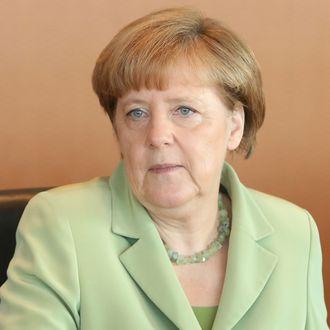 angela merkel tells sobbing refugee that germany can t help everyone