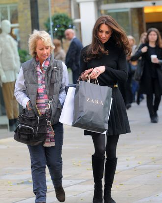 18 NOV 2011 - LONDON - UK DUCHESS OF CAMBRIDGE KATE MIDDLETON PROVES SHE'S DOWN TO EARTH WITH SOME HIGH STREET SHOPPING AT ZARA ON KINGS ROAD
