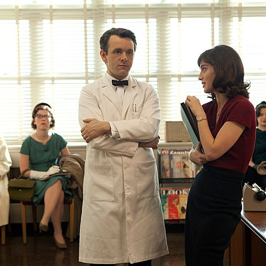 Michael Sheen as Dr. William Masters and Lizzy Caplan as Virginia Johnson in Masters of Sex (season 1, episode 1) - Photo: Craig Blankenhorn/SHOWTIME - Photo ID: mastersofsex_101_0747