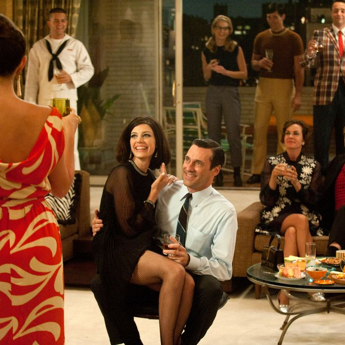 Megan Draper (Jessica Pare) and Don Draper (Jon Hamm) - (background) Rebecca Pryce (Embeth Davidtz) and Lane Pryce (Jared Harris) - (further back) Pete Campbell (Vincent Kartheiser) and Alison Brie (Trudy Campbell) - Mad Men - Season 5, Episode 1