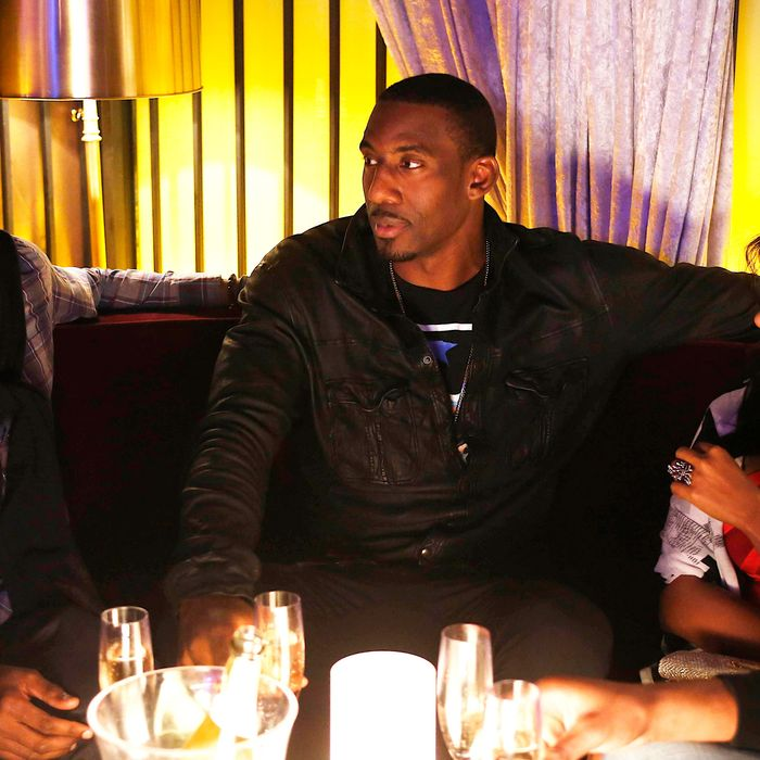 """THE MINDY PROJECT: Mindy (Mindy Kaling, R) hangs out with NBA basketball players Baron Davis (L) and Amar'e Stoudemire (C) in the """"In the Club"""" episode of THE MINDY PROJECT airing Tuesday, Oct. 9 (9:30-10:00 PM ET/PT) on FOX."""