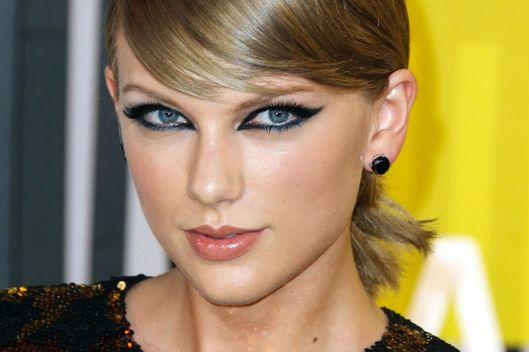 Taylor Swift Stuns on the Red carpet arriving at 2015 MTV Video Music Awards