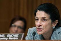 U.S. Sen. OlympiaSnowe(R-ME) (L) questions U.S. Treasury Secretary Timothy Geithner