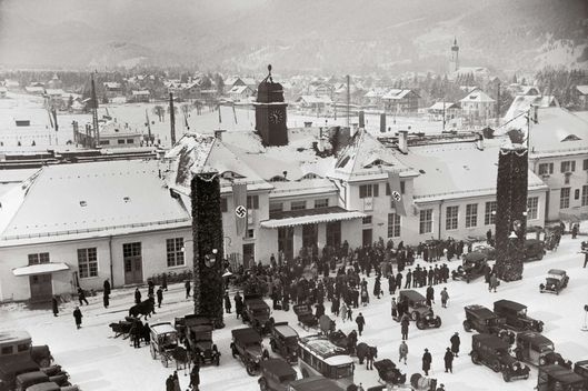 GERMANY - JANUARY 01:  Travellers in front of the railway station of Garmisch-Partenkirchen during the Olympic Games in 1936. Photography. Germany.  (Photo by Imagno/Getty Images) [Reisende vor dem Bahnhof von Garmisch waehrend der Olypmischen Spiele 1936. Photographie. Deutschland.]