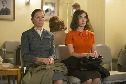 Julianne Nicholson as Dr. Lillian Depaul and Lizzy Caplan as Virginia Johnson in Masters of Sex (season 2, episode 5) - Photo: Michael Desmond/SHOWTIME - Photo ID: MastersofSex_205_1493