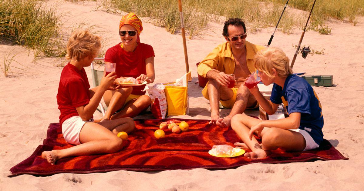 1970s FAMILY BEACH SHORE...