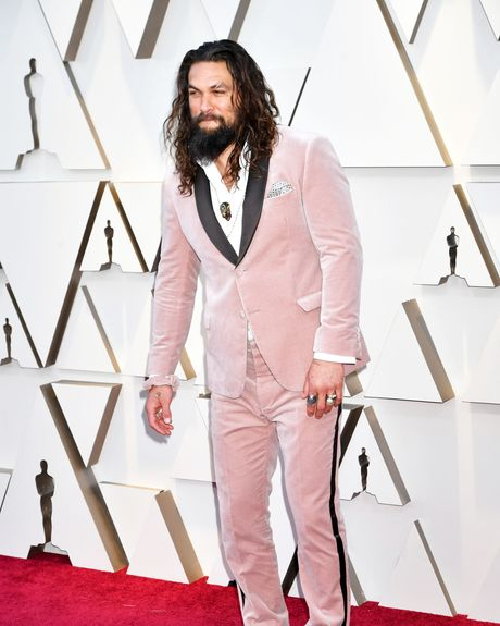 Jason Momoa Wears Pink Velvet Fendi Scrunchie To Oscars 2019