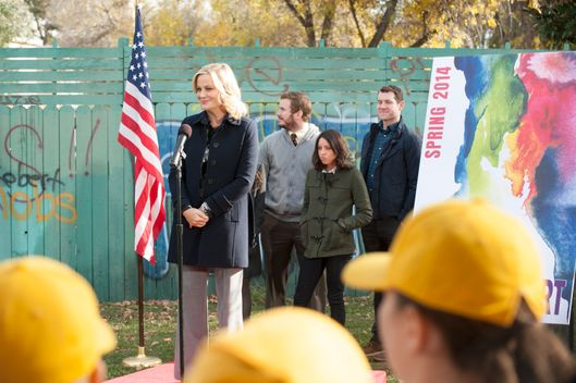 "PARKS AND RECREATION -- ""The Wall"" Episode 615 -- Pictured: (l-r) Amy Poehler as Leslie Knope, Chris Pratt as Andy Dwyer, Aubrey Plaza as April Ludgate, Billy Eichner as Craig -- (Photo by: Colleen Hayes/NBC)"