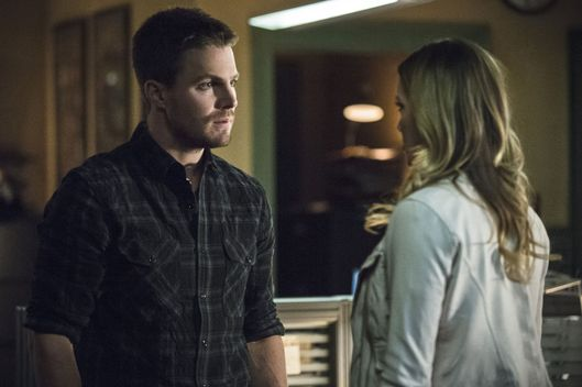 "Arrow -- ""Broken Arrow"" -- Image AR319B_0211b--Pictured (L-R): Stephen Amell as Oliver Queen and Katie Cassidy as Laurel Lance -- Photo: Cate Cameron/The CW -- ?'?? 2015 The CW Network, LLC. All Rights Reserved."
