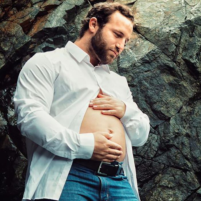 36480c0a1a435 Man Finds Viral Way to Make Wife's Maternity Shoot About Him