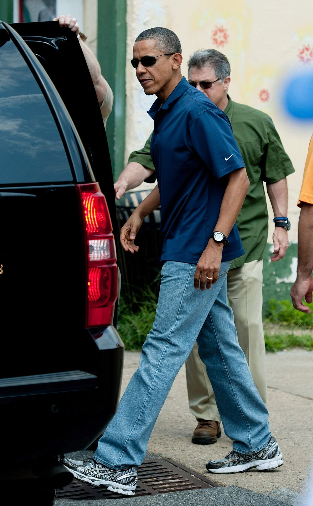 VINEYARD HAVEN, MA - AUGUST 19:  U.S. President Barack Obama returns to his vehicle after he and his daughters went to the Bunch of Grapes Book Store August 19, 2011 on Martha's Vineyard, Vineyard Haven, Massachusetts. (Photo by CJ Gunther-Pool/Getty Images)