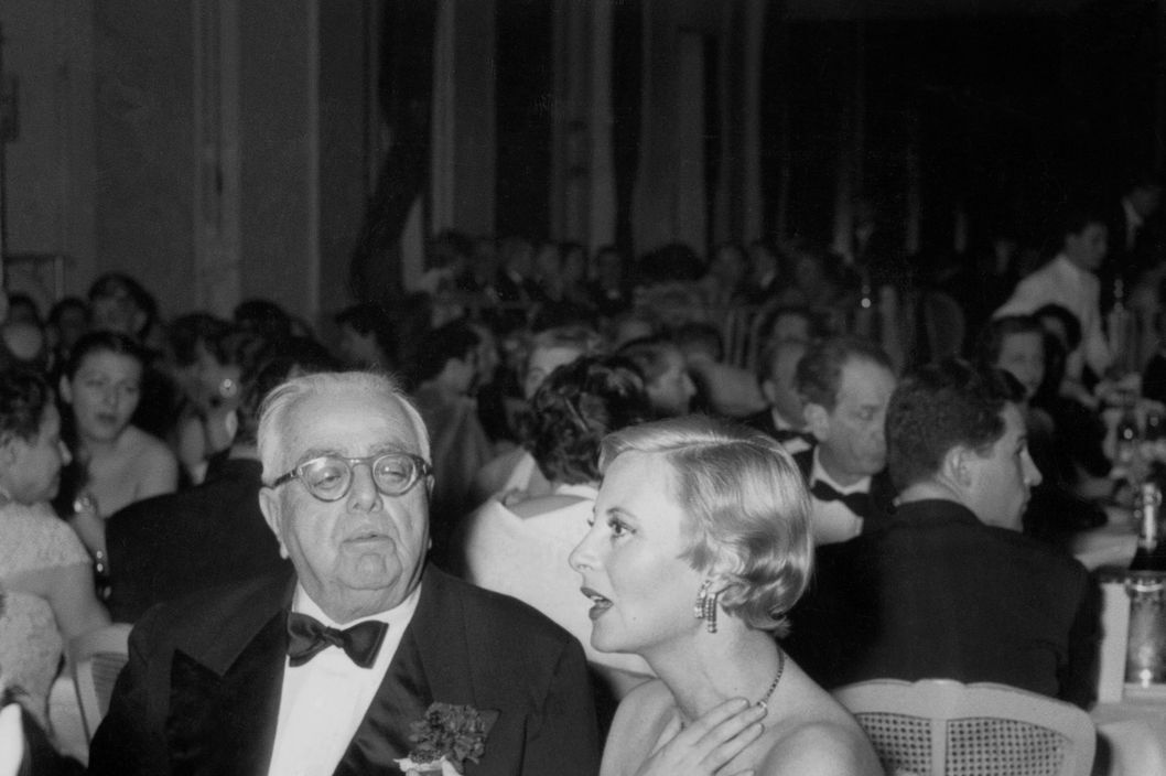 Aga Khan III (Aga sultan Sir Mohamed Chah 1877-1957) Muhammad Shah et Michele Morgan au Festival de Cannes le 26 Mars 1954 Neg 90664 Aga Khan III and actress Michele Morgan at Cannes Film Festival march 26, 1954 bouteille de champagne bottle