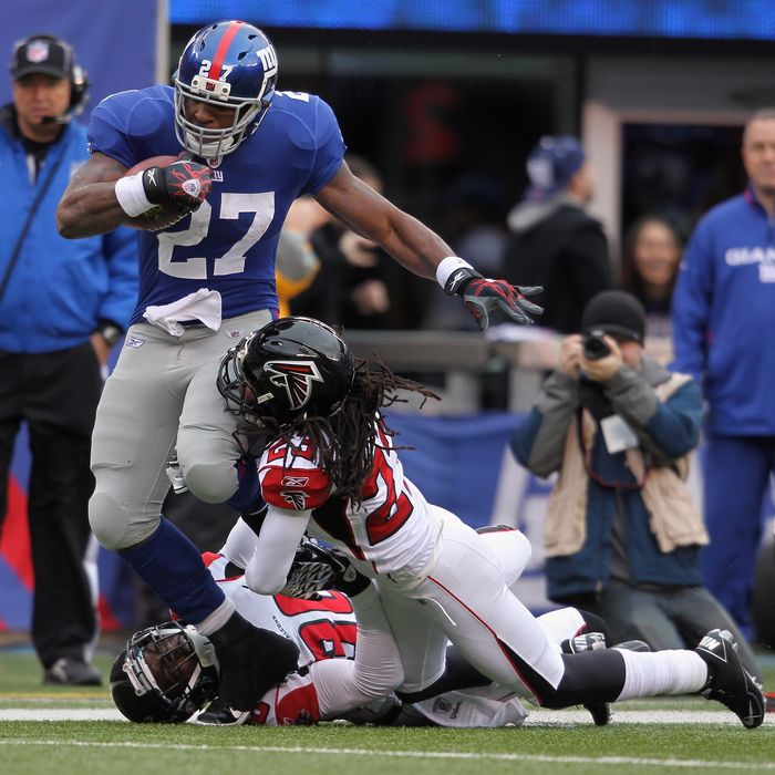 Brandon Jacobs #27 of the New York Giants runs for 34-yards in the second quarter against James Sanders #36 of the Atlanta Falcons.