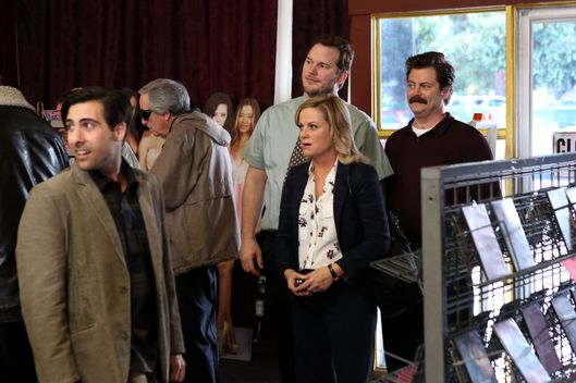"PARKS AND RECREATION -- ""Bailout"" Episode 515 -- Pictured: (l-r) Jason Schwartzman as Dennis Lerpiss, Amy Poehler as Leslie Knope, Chris Pratt as Andy, Nick Offerman as Ron Swanson"