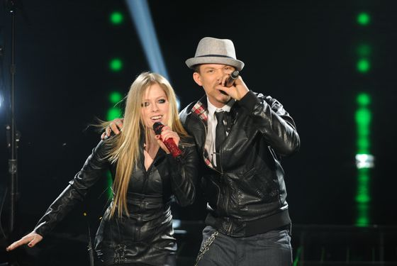 THE X FACTOR: Top 3 Perform: Avril Lavigne (L) and Chris Rene perform on THE X FACTOR Dec. 21 (8:00-9:30 PM ET/PT) on FOX. THE X FACTOR Finale airs Wed., Dec. 21 and Thurs., Dec. 22 on FOX. CR: Ray Mickshaw / FOX.