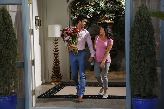 "Jane The Virgin -- ""Chapter Seventeen"" -- Image Number: JAV117a_0483.jpg -- Pictured (L-R): Justin Baldoni as Rafael and Gina Rodriguez as Jane -- Photo: Greg Gayne/The CW -- ?'?? 2015 The CW Network, LLC. All rights reserved."