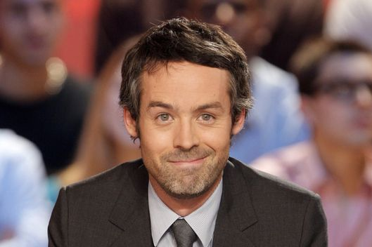 "French journalist and TV host Yann Barthes attends the recording of ""Le Grand journal"" news program on Canal + TV channel on November 25, 2009 in Paris. AFP PHOTO PATRICK KOVARIK (Photo credit should read PATRICK KOVARIK/AFP/Getty Images)"
