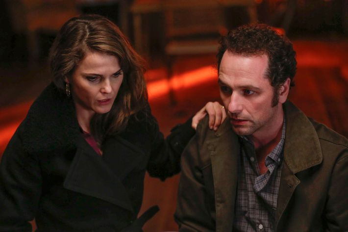 "THE AMERICANS -- ""Experimental Prototype City of Tomorrow"" Episode 403 (Airs, Wednesday, March 30, 10:00 pm/ep) -- Pictured: (l-r) Keri Russell as Elizabeth Jennings, Matthew Rhys as Philip Jennings. CR: Craig Blankenhorn/FX"
