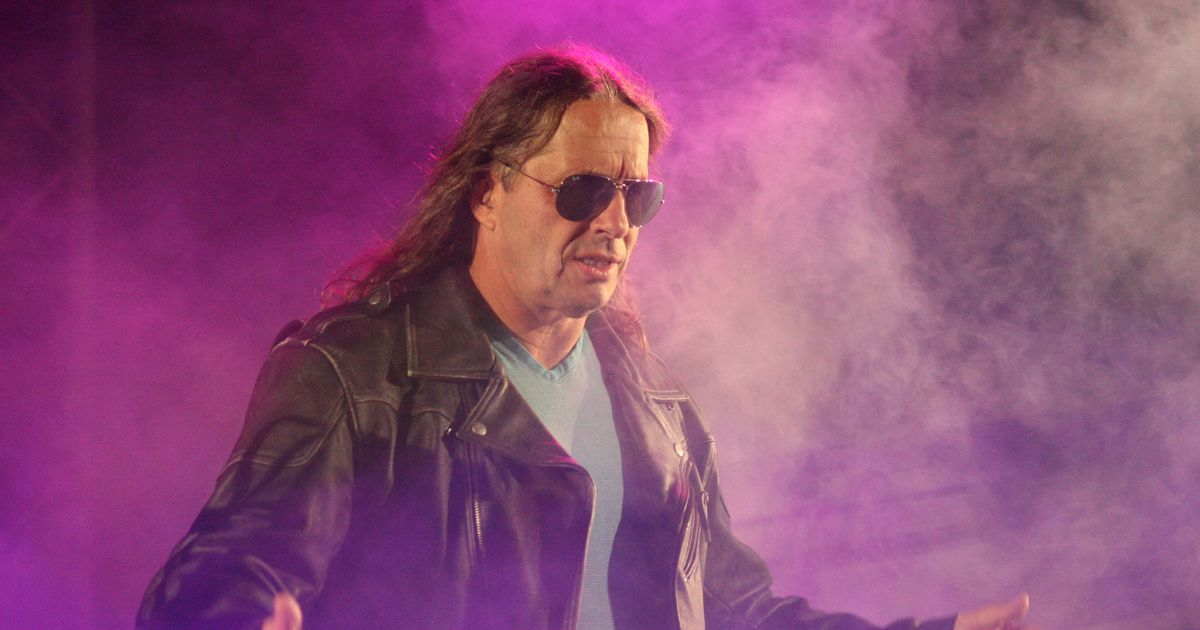 Someone Tackled Bret Hart at his WWE Hall of Fame Induction