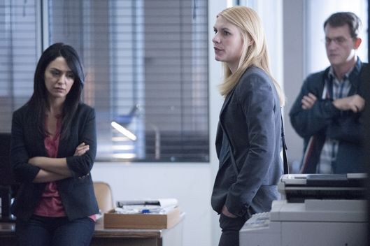 Nazanin Boniadi as Fara, Claire Danes as Carrie Mathison and Maury Sterling as Max in Homeland (Season 4, Episode 3). - Photo:  David Bloomer/SHOWTIME - Photo ID:  Homeland_403_1179.R