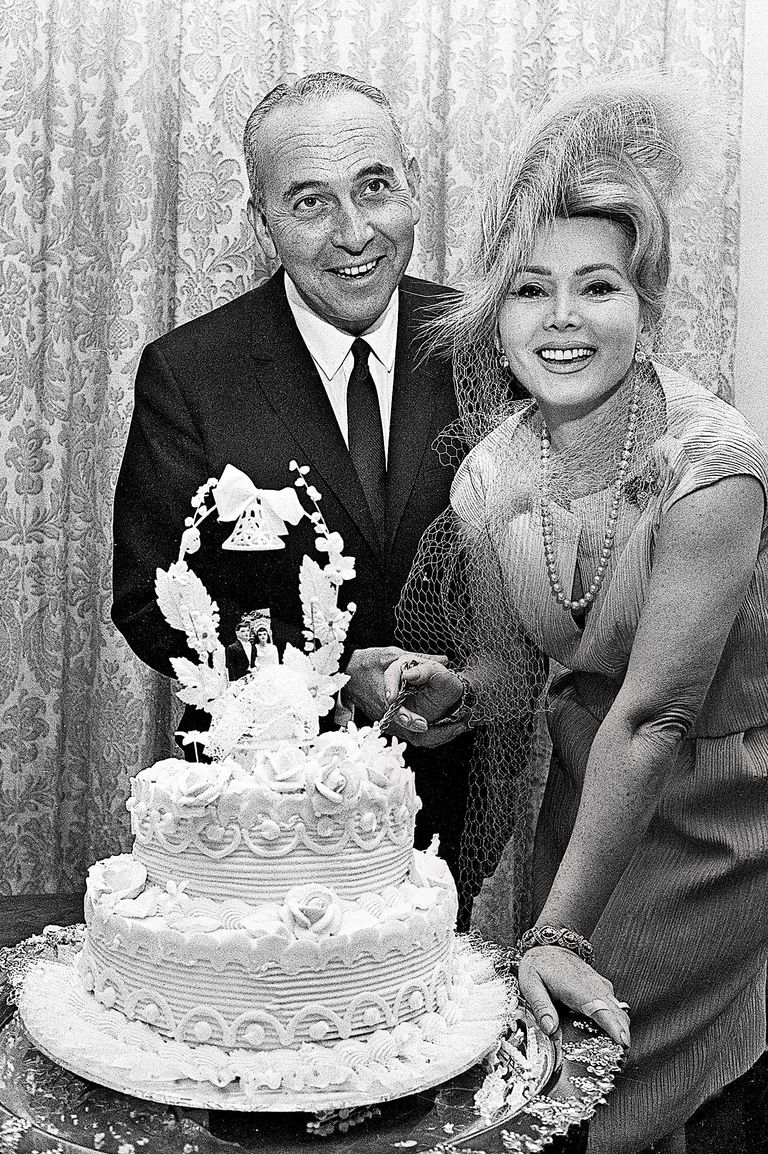 11 Famous New York Couples With Their Wedding Cakes
