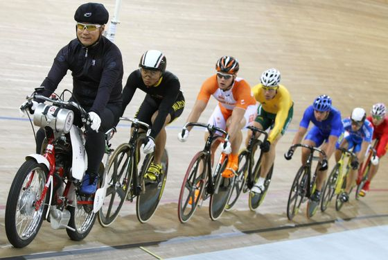 (Second from left) Track cyclists Mohd Azizulhasni Awang of Malaysia, Teun Mulder of the Netherlands, Shane Kelly of Australia, Teun Mulder of the Netherlands,  Andrii Vynokurov of Ukraine, Sergey Polynskiy of Russia and Feng Yong of China, compete in the 2008 Beijing Olympic Games men's keirin first round at the Laoshan Velodrome in Beijing on August 16, 2008.     AFP PHOTO / CARL DE SOUZA (Photo credit should read CARL DE SOUZA/AFP/Getty Images)