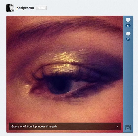"A supreme and slightly blurry close-up of <a href=""https://twitter.com/patiprema"">@PatiPrema</a>'s layered gold eye makeup look on Kate Bosworth."
