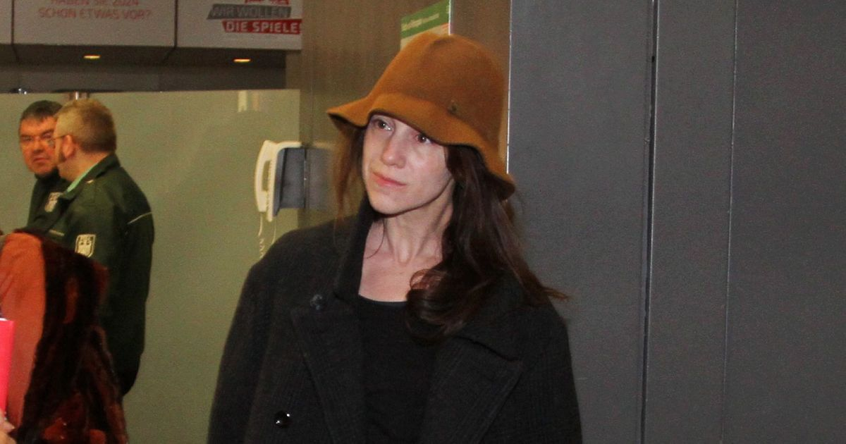 charlotte gainsbourg wore a bucket hat the cut. Black Bedroom Furniture Sets. Home Design Ideas