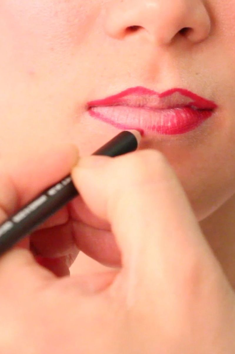 A Step-by-Step Tutorial on Lip Liner, Using GIFs