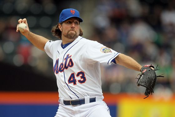 NEW YORK, NY - MAY 06: R.A. Dickey #43 of the New York Mets pitches against the Arizona Diamondbacks at Citi Field on May 6, 2012 in the Flushing neighborhood of the Queens borough of New York City. (Photo by Jim McIsaac/Getty Images)