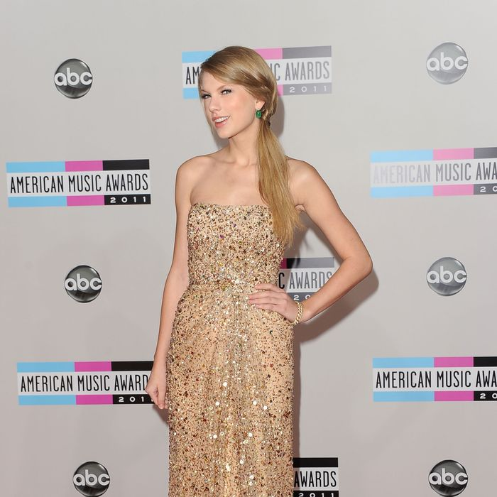 LOS ANGELES, CA - NOVEMBER 20: Singer Taylor Swift arrives at the 2011 American Music Awards held at Nokia Theatre L.A. LIVE on November 20, 2011 in Los Angeles, California. (Photo by Jason Merritt/Getty Images)