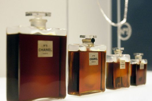 "This 02 May 2005 file photo shows four bottles of Chanel No. 5 perfume by Gabrielle Chanel from 1921, and a Chanel No. 5 necklace (R, rear) during a press preview of ""Chanel"", an exhibition of the history of the fashion House of Chanel at the Metropolitan Museum of Art in New York.  The US Congress reviewed testimony 27 July 2006 in Washington on whether to issue intellectual property rights to fashion houses and their creations."