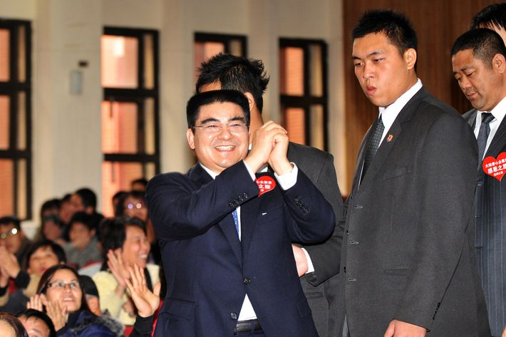 China's most famous philanthropist Chen Guangbiao (C) greets the crowd at a charity event during a visit to the Taiwan city of Hsinchu on January 27, 2011. Chen, well-known in China for his flamboyant style of charity, started handing out cash on the first day of a controversial trip to Taiwan that has sparked criticism and protests from anti-China groups.