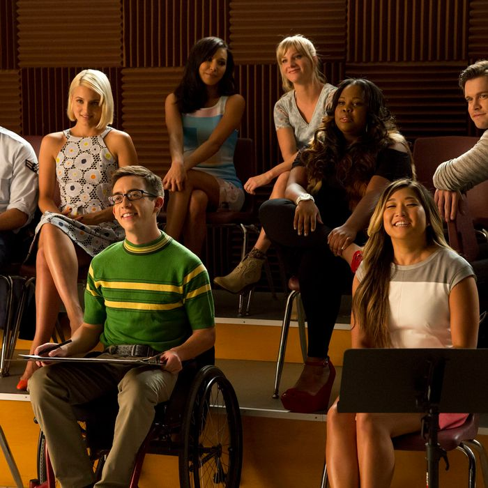 GLEE: Glee Club alumnaes return to McKinley High in the second part of the special two-hour