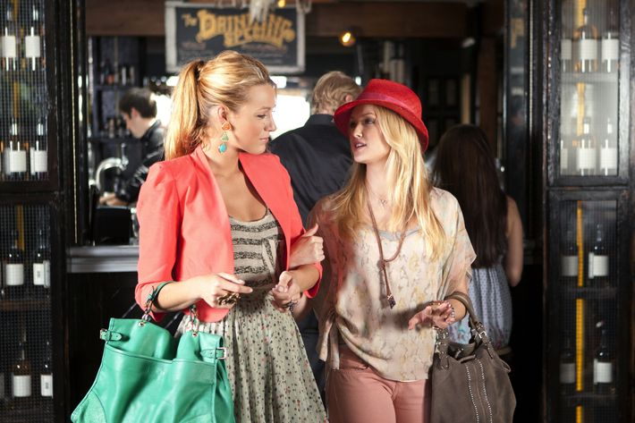 """Beauty and The Feast""-- Pictured (L-R) Blake Lively as Serena Van Der Woodsen and Kaylee DeFer as Charlie Rhodes in Gossip Girl on The CW. Photo Credit: MICHAEL DESMOND  / The CW © 2011 The CW Network, LLC. All Rights Reserved."