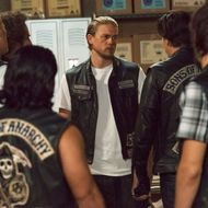 """SONS OF ANARCHY -- """"Suits of Woe """" -- Episode 711 -- Airs Tuesday, November 18, 10:00 pm e/p) -- Pictured: (center) Charlie Hunnam as Jax Teller. CR: Prashant Gupta/FX"""