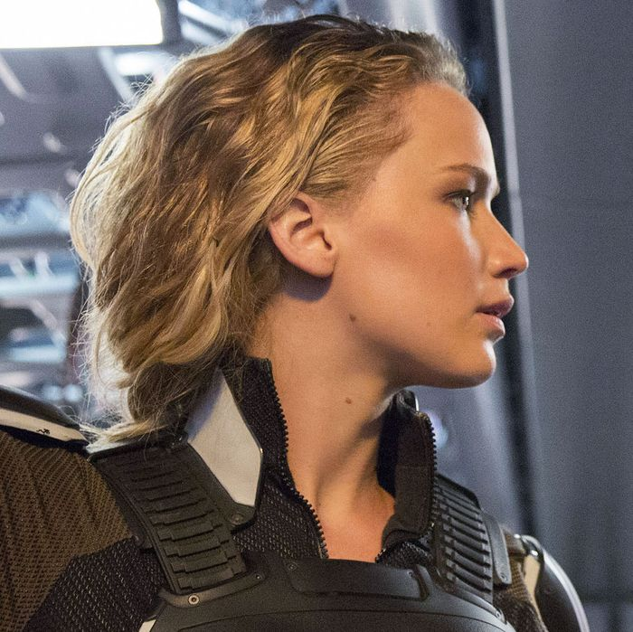 DF-08349_08350_R – Jennifer Lawrence as Raven / Mystique and Evan Peters as Peter / Quicksilver in X-MEN: APOCALYPSE. Photo Credit: Alan Markfield.